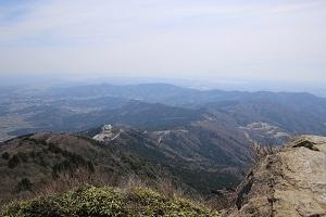 ⑤女体山頂上からつつじヶ丘を望む